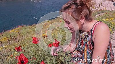 Espirros da menina porque está aspirando flores poppy allergy filme