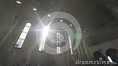 Esponga al sole i passaggi leggeri attraverso le finestre della chiesa stock footage
