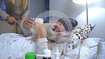 A esposa traz a seu marido doente uma caneca com uma bebida quente filme