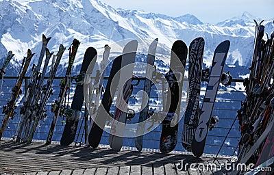 Esquís y snowboards en centro turístico del invierno Imagen de archivo editorial