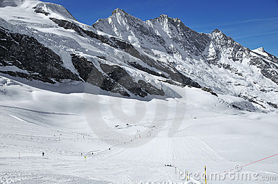 Esqui e montanhas altas da geleira