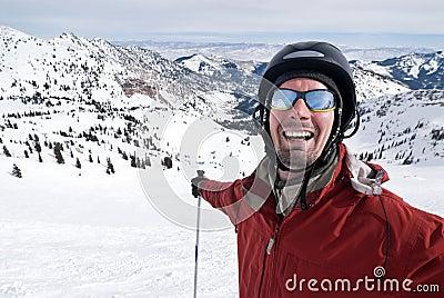 Esquiador de sorriso no paraíso do esqui