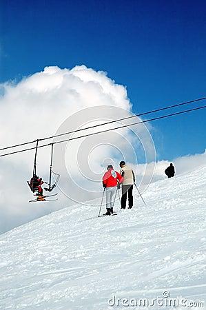 Esquiador e montanha