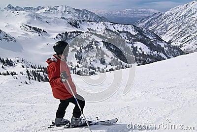 Esquiador em estância de esqui surpreendente