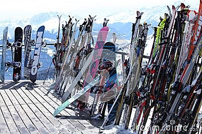 Esquís y snowboards en centro turístico del invierno Foto editorial