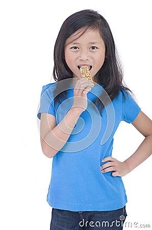 Essen des Granola-Stabes