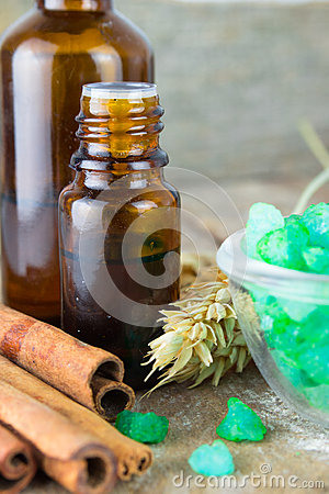 Free Essential Oil With Cinnamon Royalty Free Stock Image - 61865416