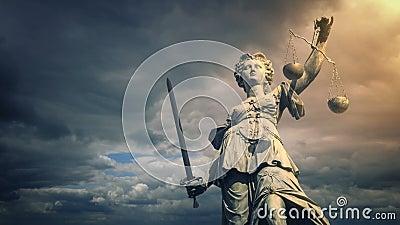 Estátua de justiça no fulgor do sol vídeos de arquivo