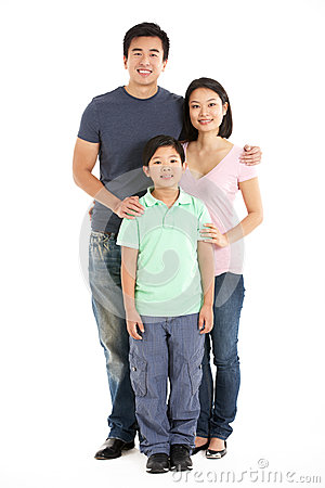 Estúdio cheio do comprimento disparado da família chinesa