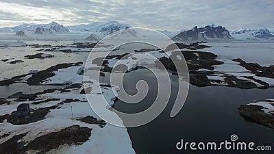 A estação científica está na borda de uma ilha rochosa Andreev vídeos de arquivo