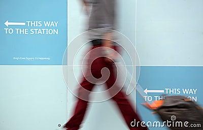 Esta manera a la estación Foto de archivo editorial