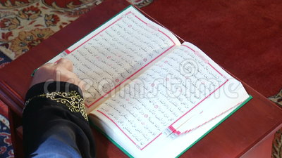 Establecimiento del cambio islámico de las páginas del Quran del libro sagrado almacen de video