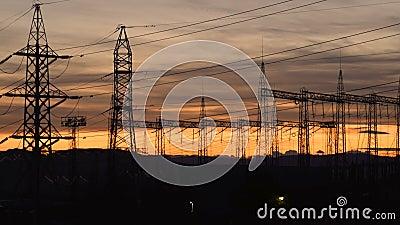 Estación de distribución eléctrica, transformadores, líneas de alta tensión, paisaje eléctrico al atardecer almacen de metraje de vídeo