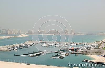 Estacionamento do iate do porto de Dubai e palma de Jumeirah