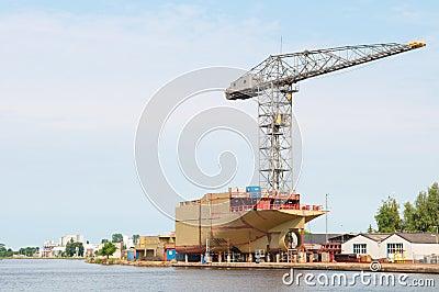 Estaleiro com navio