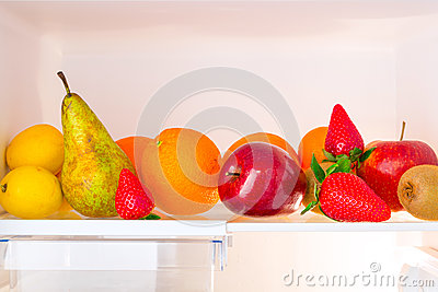 Estante del refrigerador con las frutas