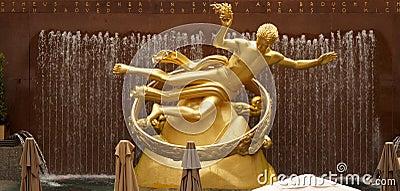 Estatua de oro de PROMETHEUS en el centro de Rockfeller Foto editorial