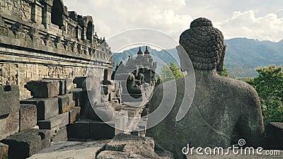 Estatua de piedra de Buda en la pared del templo de Borobudur almacen de video