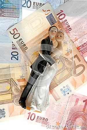 Estatuilla de los pares de la boda sobre notas euro