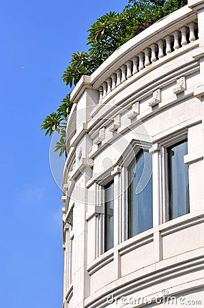 Esterno bianco e finestre della costruzione