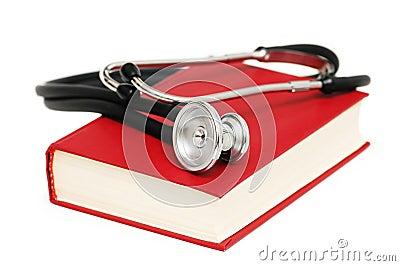 Estetoscópio no livro vermelho