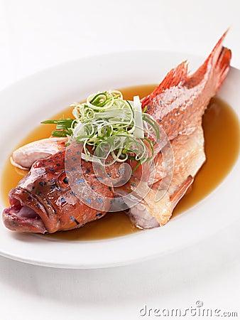 Estilo chinês dos peixes do vapor
