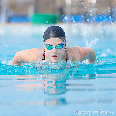 Estilo do curso de borboleta da natação da moça