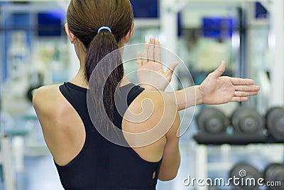 Estiramiento del hombro en gimnasia