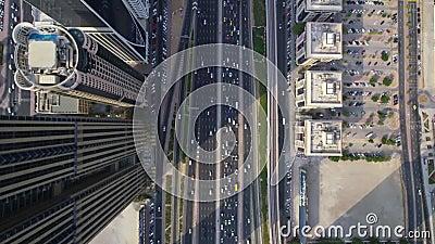 Estrada futurista ocupada da estrada e construções modernas do arranha-céus na opinião aérea do zangão da parte superior do panor vídeos de arquivo