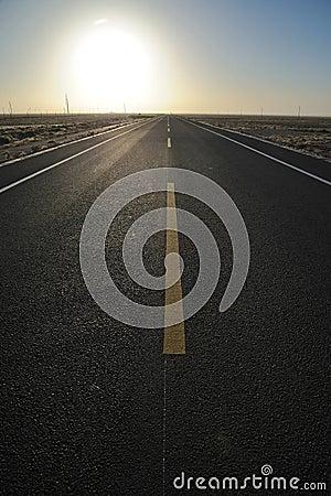 Estrada reta no nascer do sol