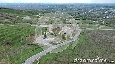 Estrazione delle torri di olio vicino a Ploiesti, Romania, metraggio aereo archivi video