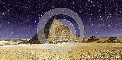 Estrelas e céu sobre a grande pirâmide de Cheops