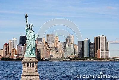 Estátua de liberdade e de skyline de New York City