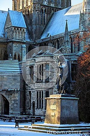 Estátua do senhor Tennyson em Lincoln Cathdral