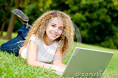 Estudante de sorriso fora