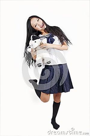 Estudante fêmea com cão de brinquedo