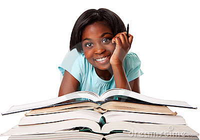 Estudante feliz com trabalhos de casa