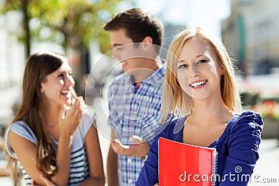 Estudante fêmea com amigos
