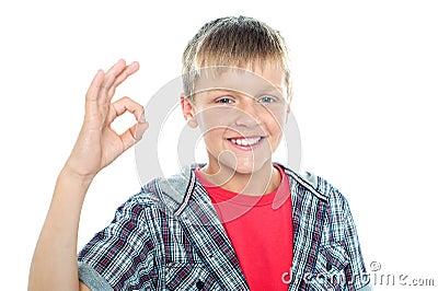 Estudante novo entusiástico que pisca um sinal perfeito