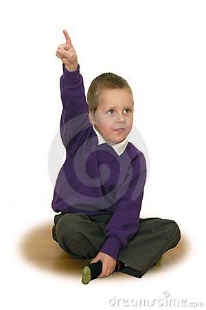 Estudante pequena, mão esticada acima de - começ uma idéia