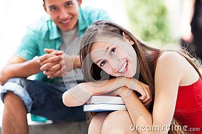 Estudantes felizes com livros