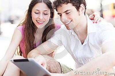Estudantes que olham a tabuleta digital
