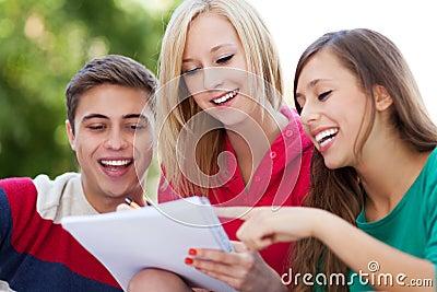 Estudantes que sentam-se junto