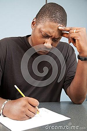 Estudiante adulto con ansiedad de la prueba
