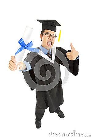Estudiante de graduación emocionado