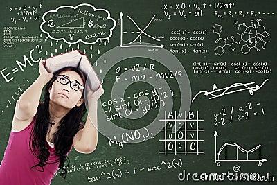 Estudiante universitario confuso