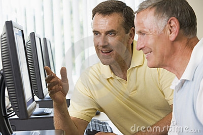 Estudiantes adultos que trabajan en los ordenadores