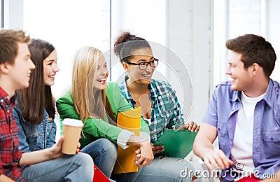 Estudiantes que comunican y que se ríen de la escuela