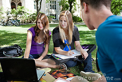 Estudiantes que estudian junto