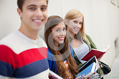 Estudiantes que sostienen los libros